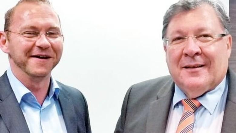 Einigung nach Mitternacht: Die Verhandlungsführer Frank Werneke (links) und Jürgen Peschel. Foto: Stach