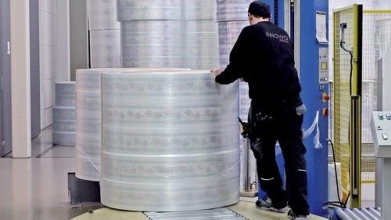 Viel zu tun: Auf riesigen Rollen wird die zu bearbeitende Ware angeliefert. Foto: Gossmann