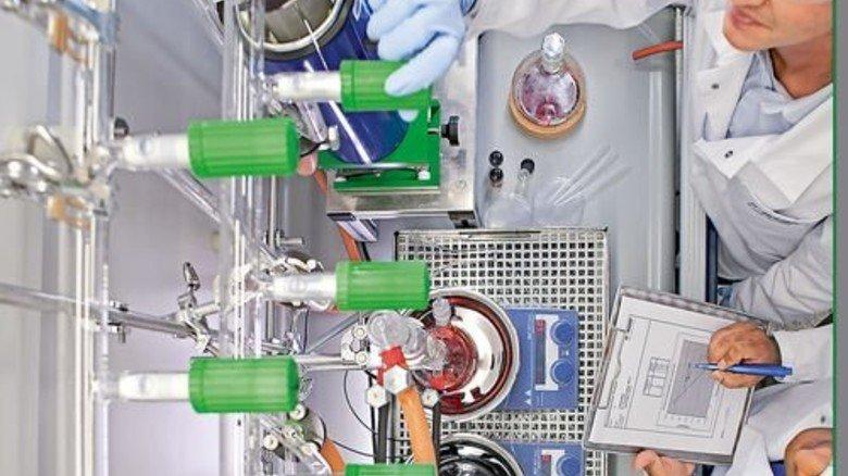 Einstellen der Parameter: Forscher der BASF und des Max-Planck-Instituts bei der Arbeit. Foto: BASF