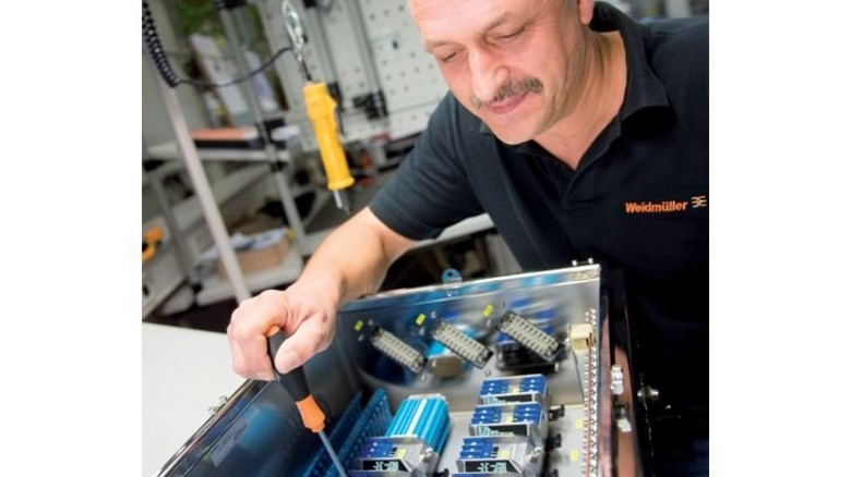 Kundenspezifische Fertigung: Sergej Gubar in der Produktion bei Weidmüller. Fotos: Straßmeier