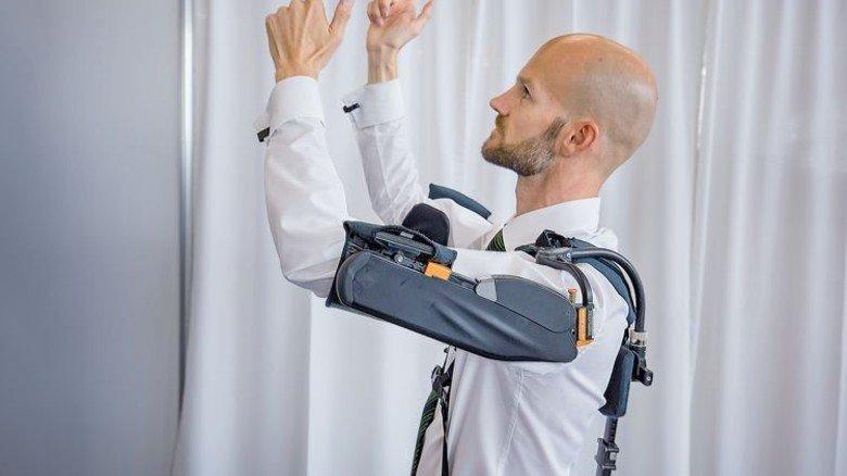 Gesundheit ist wichtig. Das gilt auch am Arbeitsplatz. Beim Autohersteller Audi nutzen Mitarbeiter mit Rückenproblemen sogenannte Exoskelette, die sie bei Montagearbeiten unterstützen. Foto: Schulz