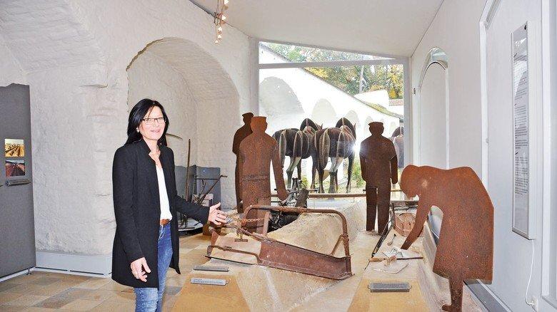 Kennt sich aus: Museumsleiterin Claudia Freitag-Mair vor typischen Werkzeugen