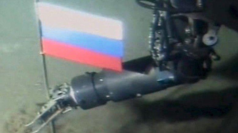 Symbolischer Akt: Ein russisches Mini-U-Boot rammt die russische Flagge in 4.261 Metern Tiefe genau am Nordpol in den Meeresboden. Foto: dpa