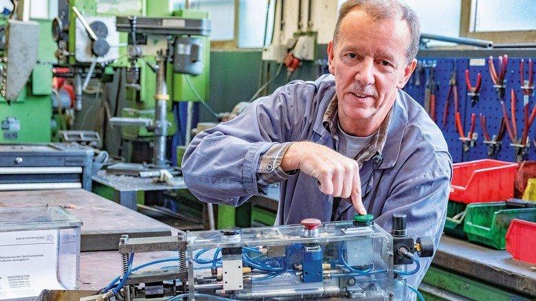 Rasche-Erfindergeist: Michael Schulz hat sich nicht nur ein Ersatzteil-Netzwerk ausgedacht, sondern auch einen  Verschleiß-Prüfstand für Kühlschmierstoff entwickelt (Foto).