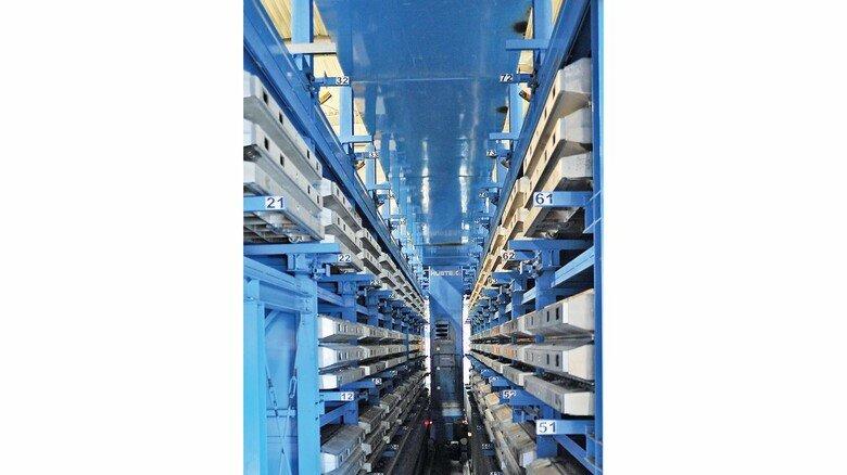 Industrie 4.0: Vollautomatisch werden im Hochregallager der Firma freie Plätze zum Abkühlen und Auslagern angefahren.