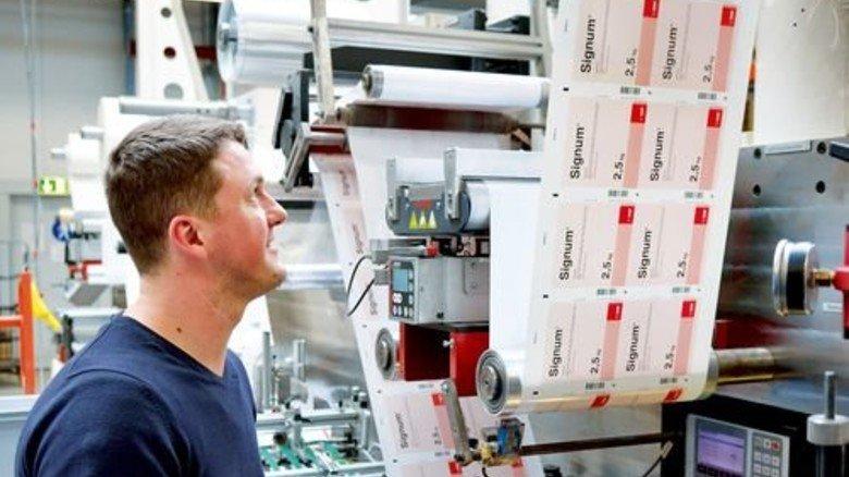 Alles im Griff: Eugen Bechthold an einer Booklet-Maschine. Foto: Scheffler