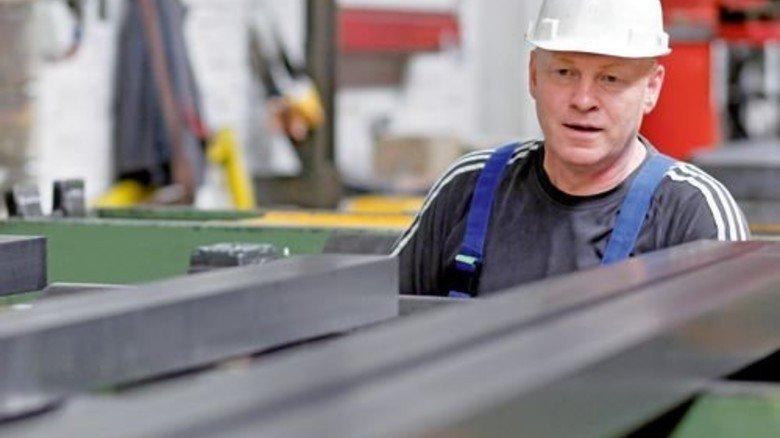 Augenmaß: Andreas Hantmann sieht genau, ob die Stahlstange ganz gerade ist oder noch mal durch die Richtanlage muss. Foto: Derian