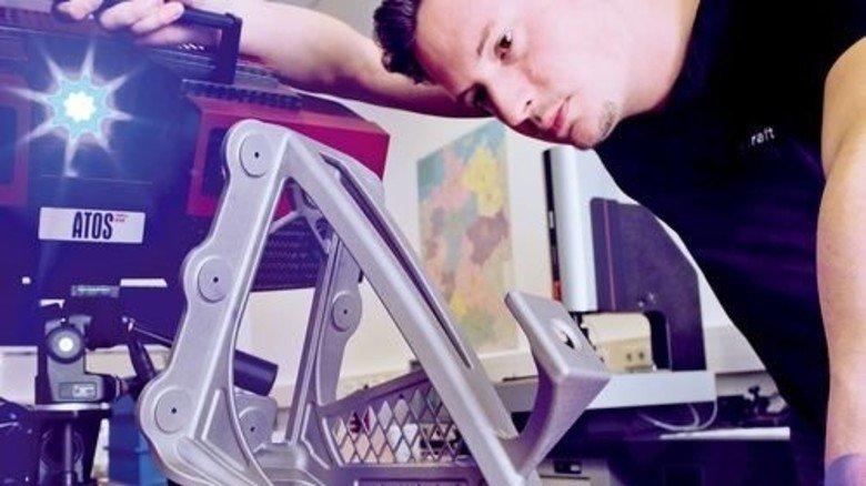 Qualitätscheck: Christopher Buckel vermisst eine Halterung für die Kabine. Foto: Karmann