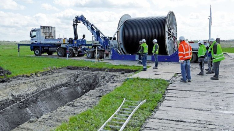 Gewaltiges Kabel: Die Höchstspannungsleitungen liegen in gut zweiMeter Tiefe, je nach Variante werden die Trassen etwa 10 bis 20 Meter breit. Foto: Tennet