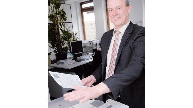 Für Dokumente: Armin Dussler mit Follow-Me Drucker, dem ersten Produkt mit Scanner von Bormann. Foto: Puchner