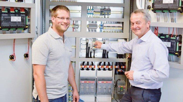 Gut durchdacht: Projektleiter André Frank (links) und Thomas Moog am Schaltschrank einer Notstromanlage. Foto: Scheffler
