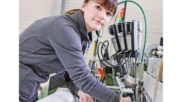 Hält die Produktion am Laufen: Die junge Anlagenführerin behebt einen Fadenbruch. Foto: Roth