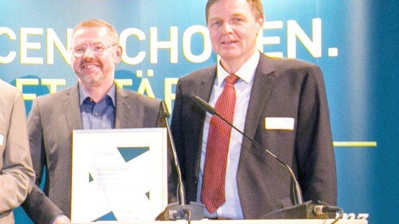 Auszeichnung: Anfang des Jahres erhielt Klaus Opwis (hier mit Michael Hermanns vom Landesumweltministerium) den Effizienzpreis NRW für sein Adsorber-Textil. Foto: EFA NRW