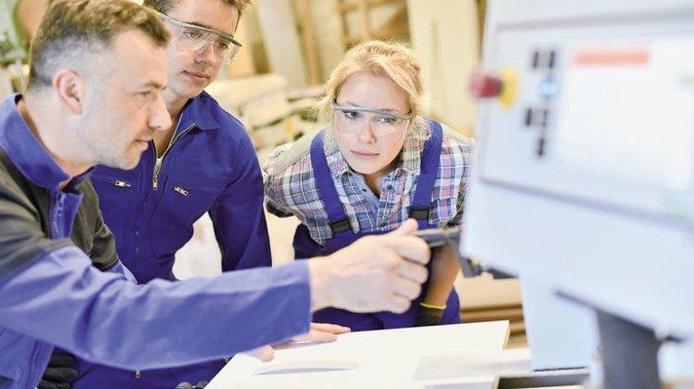 Fachkräfte gesucht: Eine Ausbildung in der Metall- und Elektroindustrie bietet gute Karrierechancen. Foto: Adobe Stock