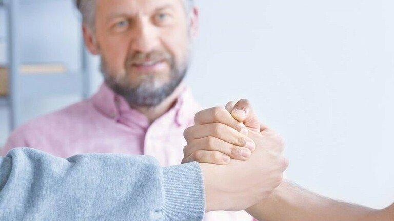 Hand drauf! Mithilfe eines neutralen Dritten kann man oft zu einer Lösung finden.