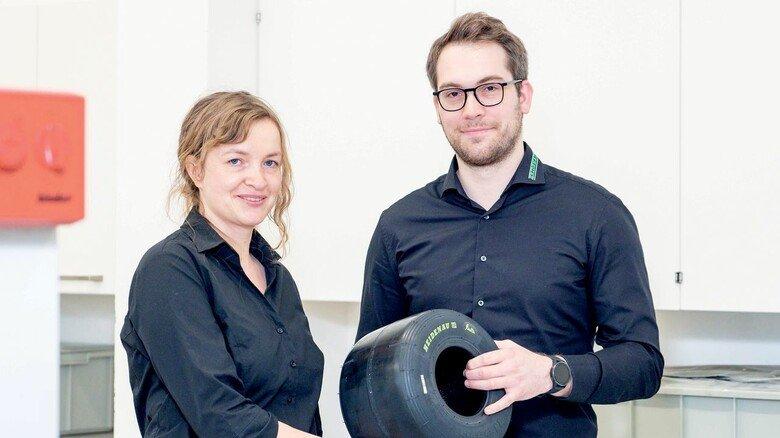 Für Neuheiten zuständig: Entwicklungsleiter Marcel Schander und Senta Reichelt, Leiterin Mischungsentwicklung, mit einem Elektrokart-Reifen.