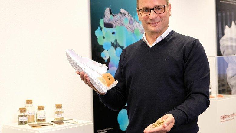 Die Zukunft in der Hand: Rhenoflex-Geschäftsführer Frank Böttcher mit dem Modell eines Sportschuhs, in dem Rhenoflex-Materialien stecken.