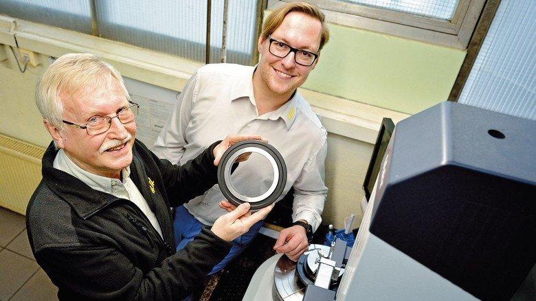 Miteinander vertraut seit Jahren: Harald Winkel und Junior-Chef André Ruppel an einem Formtester.
