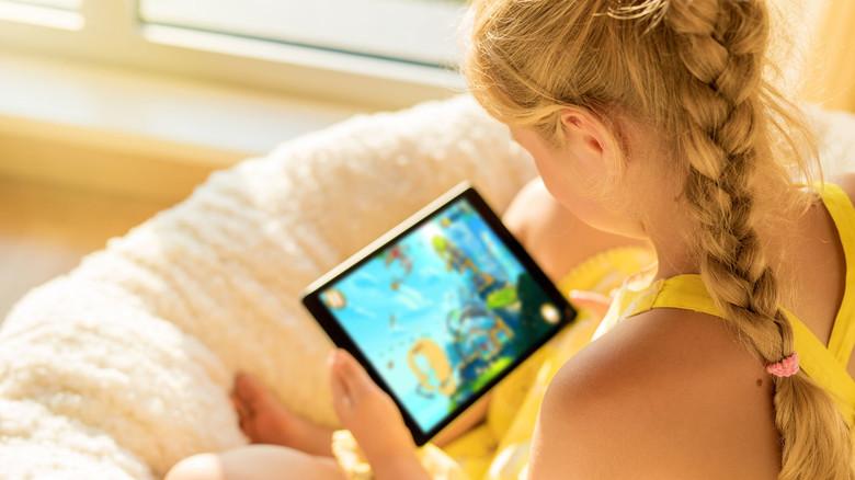 Beim Spiel mit Computer, Tablet und Co. sollten Eltern zusammen  mit ihren Kindern Regeln erstellen.