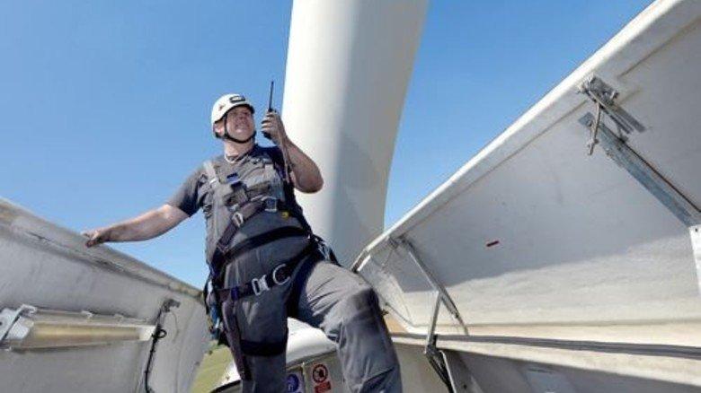 Schwindelfrei: Holger Ahrend auf einer 76Meter hohen Turbine bei Mölln. Foto: Augustin