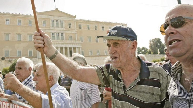 Proteste in Athen: Rentner demonstrieren vor dem Sitz des Ministerpräsidenten gegen Kürzungen. Foto: dpa