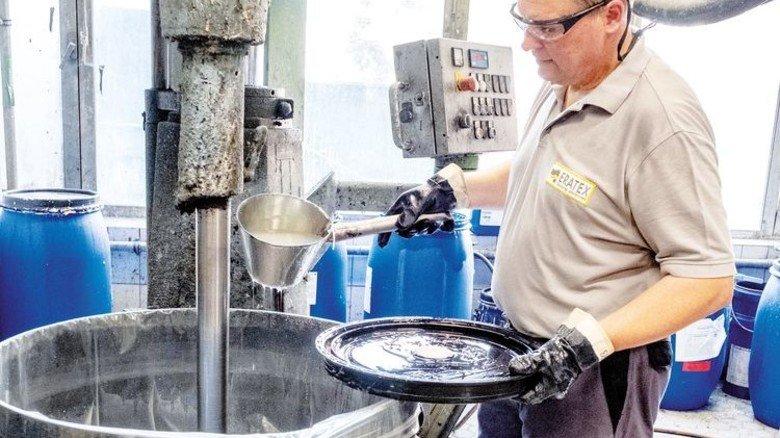 In der Kocherei: Beckmann bereitet Dispersionen für Textilbeschichtungen vor. Foto: Roth