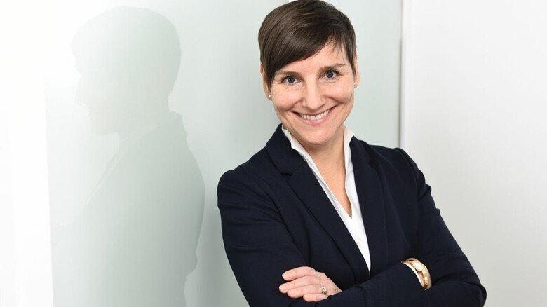 """Beraterin und Trainerin Christina Binsmaier: """"Sagen Sie von sich aus, wenn Sie etwas nicht wissen oder mit einer Aufgabe fertig sind und Kapazitäten haben. Warten Sie nicht auf neue Anweisungen."""""""