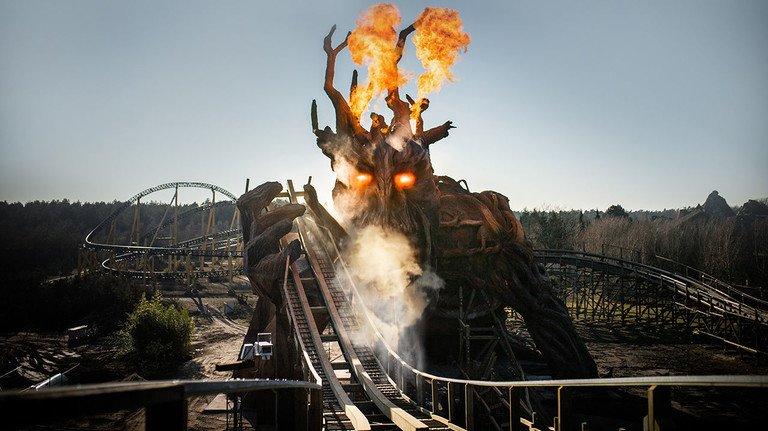 """Kampf der Giganten: Die Wiedereröffnung des """"Colossos"""" bringt eine Überraschung mit sich – eine 25 Meter hohe Kreatur, die der Holzachterbahn mit ihrem Feuer gefährlich nahe kommt ..."""