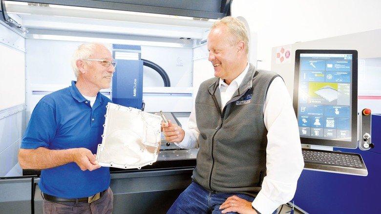 Eingespieltes Team: Technologe Werner Peters und Arne Brüsch in der Datron Tech Academy, dem Technologiezentrum der Datron AG in Mühltal, mit einem komplexen Bauteil aus Aluminium.