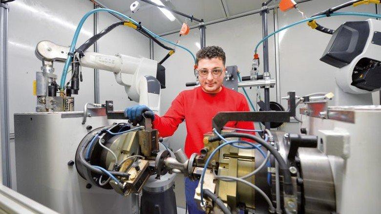 """Ausbildung geschafft: Mahmut Coban erlernte bei Flowserve Gestra den Beruf des Zerspanungsmechanikers. Beim Einstieg half ihm das Verbandsprojekt """"Nordchance"""". Foto: Bahlo"""