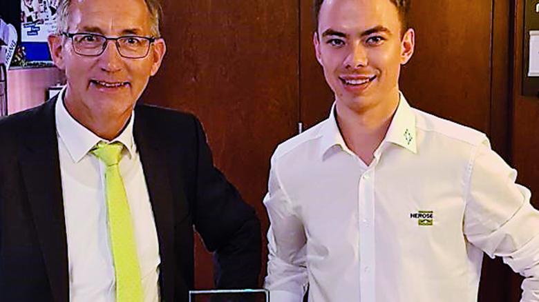 Ausgezeichnet: Florian Besch (rechts) mit Helmut Lucka, Leiter Personal bei Herose. Foto: Herose