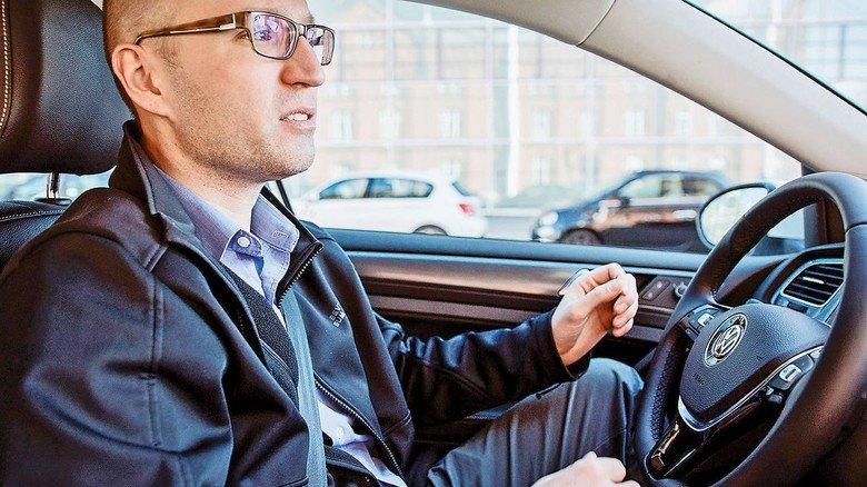 Projektleiter: Wojciech Derendarz auf dem Fahrersitz eines autonomen Autos, das gerade durch Hamburg fährt.