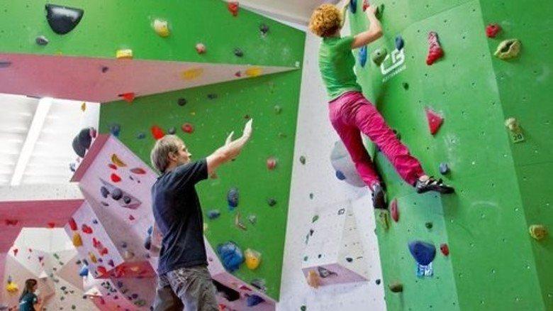 Bouldern: Beim Klettern ohne Seil in Absprunghöhe federn Matten eventuelle Stürze ab. Foto: diekletterarena