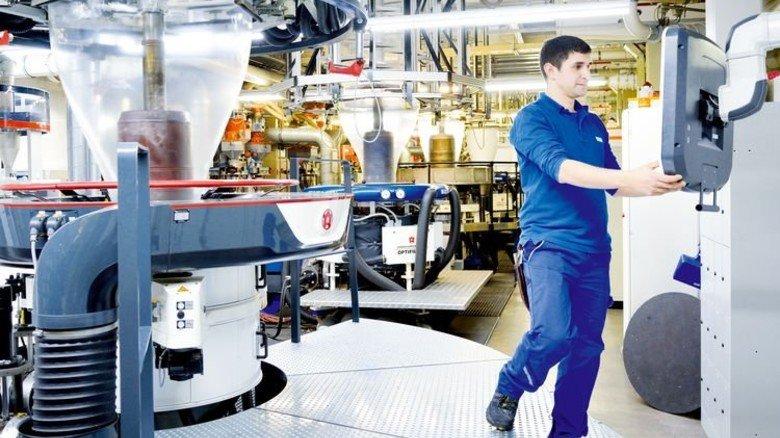 Blick in die Produktion: Maschinenführer Stephan Raith an einer der Blasfolien-Extrusionsanlagen. Foto: Scheffler