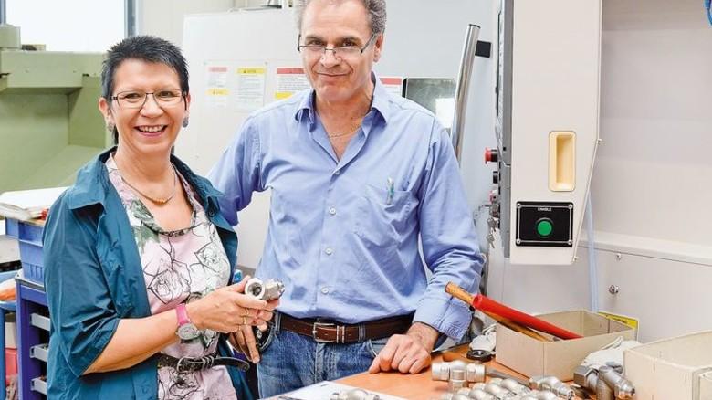 Gedankenaustausch: Zerspanungstechniker Giuseppe Salerno und Dagmar Bollin-Flade. Foto: Scheffler