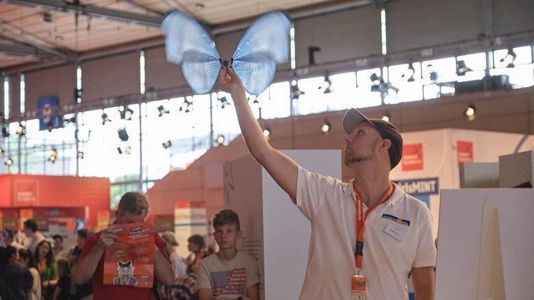 Die Natur als Vorbild auf der IdeenExpo in Hannover: Der Schmetterling aus Carobonstäben und Kondensatorfolie kann wirklich fliegen.
