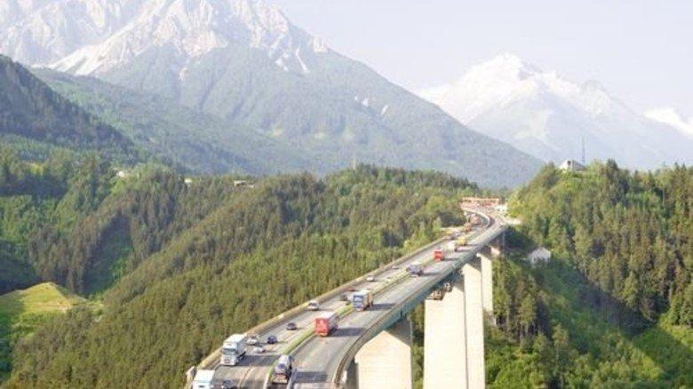 Mühsam über die Alpen: Künftig soll etwa die Hälfte des Güterverkehrs auf die Schiene. Foto: Mauritius