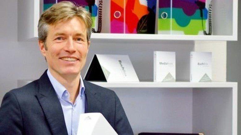 Raffiniertes Produkt: Markus Hartmann zeigt einen Design-Ordner mit Taille. Foto: Scheffler