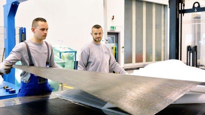 Unterwegs zum zweiten Berufsabschluss: Kevin Poggel (links), hier bei der Arbeit mit seinem Kollegen Marcus Herr. Foto: Scheffler