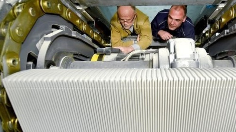 Ungewöhnliche Einblicke: Projektleiter Zeiger (links) inspiziert mit Achim Hüsch vom Tüv Rheinland das Innenleben der Konstruktion. Foto: Augustin