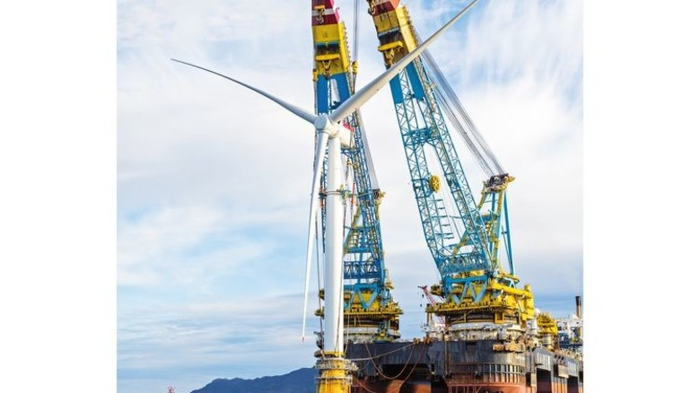 Wie eine Boje: Die Windturbinen stehen senkrecht im Wasser. Foto: Woldcam