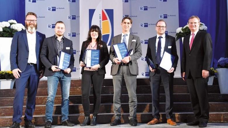 Ausgezeichnet: Personaldirektor Björn Cleven (3. von rechts) von MV Werften mit IHK-Präsident Claus Ruhe Madsen (ganz links) und IHK-Hauptgeschäftsführer Jens Rademacher (ganz rechts). Foto: Joachim Kloock