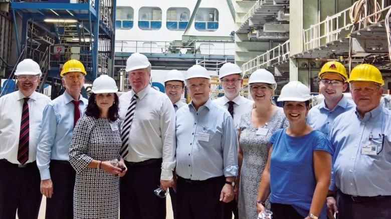 Vor Ort: Minister Bernd Althusmann (Vierter von links) in der Schiffbauhalle der Meyer Werft. Foto: Meyer Werft