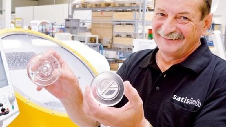 Neues Verfahren: Industriemechaniker Arnold Andrick mit einem Rohling. Foto: Scheffler