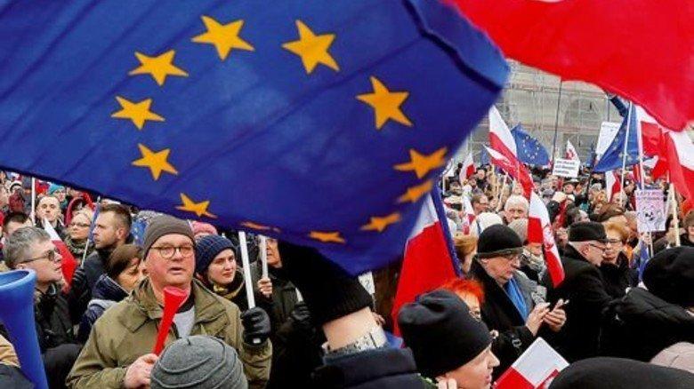 Protest: Zehntausende Polen wenden sich gegen die Politik der rechtskonservativen Regierung. Foto: dpa