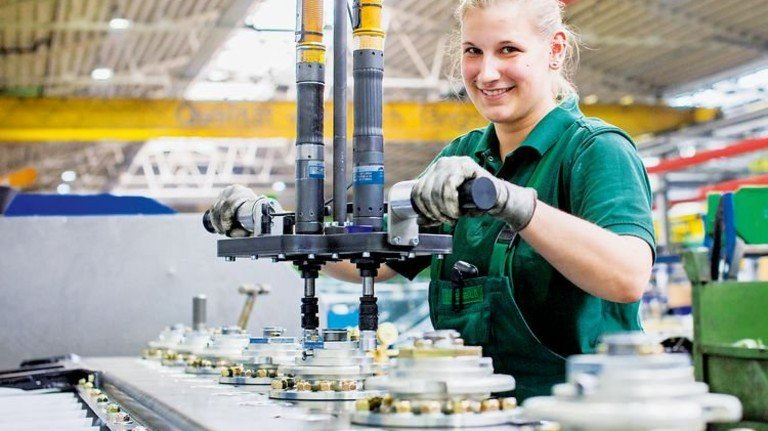 Ergonomische Montagelinie: Industriemechanikerin Vera Steinbuß richtet die Straße ein. Foto: Lorenczat