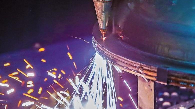 Feuerwerk von Funken: Ein Laserstrahl bearbeitet ein Werkstück. Foto Gossmann
