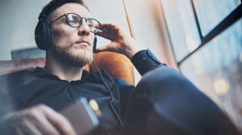 Interessant und entspannt: Podcasts sind Hörstücke zum Mitnehmen, bei denen man viel lernen kann. Foto: Adobe Stock