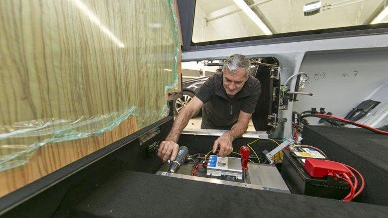 Bestattungswagen: Ein Binz-Mitarbeiter beim Innenausbau. Foto: Mierendorf