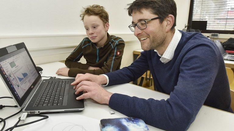 Wissenschaftlich: Christian Krause und Projektleiter Tobias Beck überprüfen Daten am Computer.